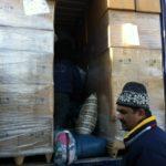 Cartons de couvertures dans le container