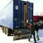 Der mit Wolldecken gefüllte Container wird für die Abfahrt geschlossen